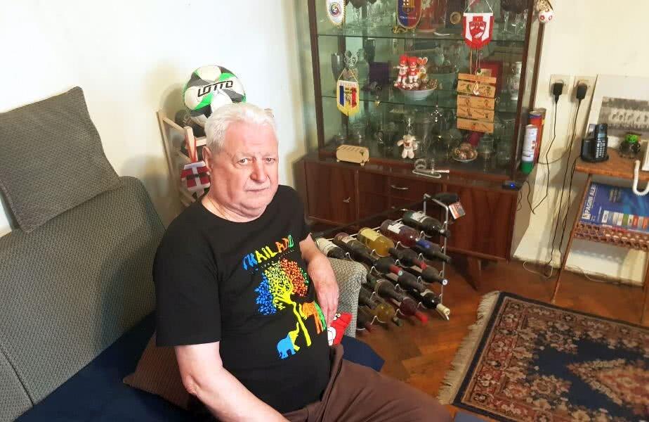 Titi David este zen în casa lui, înconjurat de amintiri, de sticle de vin de toate culorile, de suveniruri culese în viața lui boemă