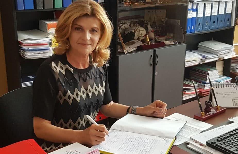 Semnând în Cartea de onoare a Școlii din Sânpetru (foto: Iulian Cuibar)