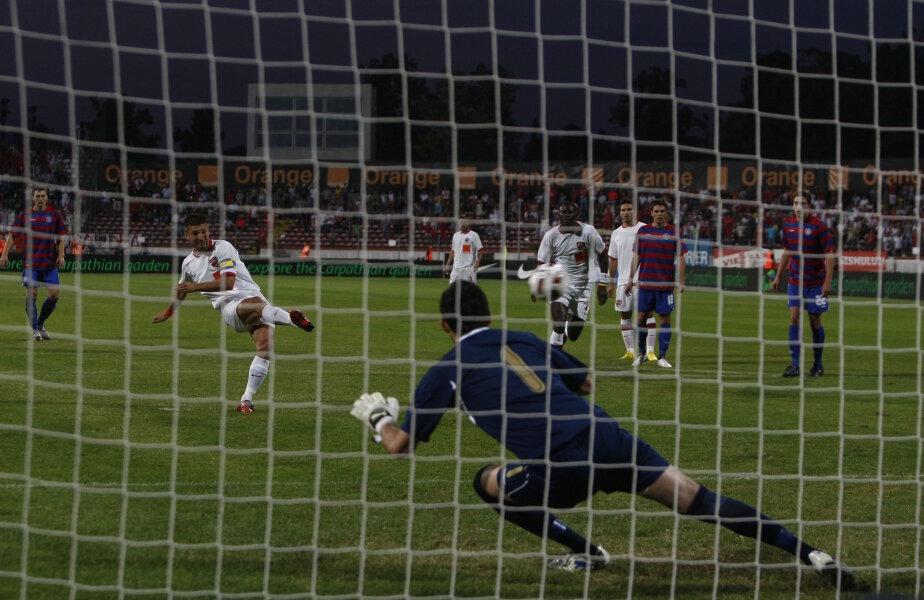 Andrei Cristea înscrie din penalty în fața lui Subasic, în meciul Dinamo - Hajduk 3-1 din 2010