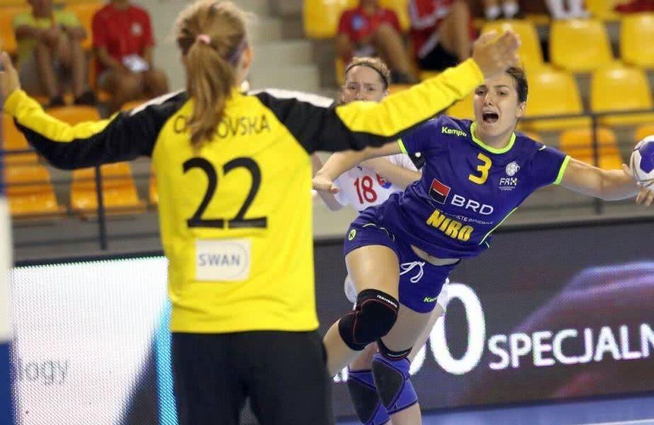 Adina Cace, extrema dreapta de la LPS Slatina, a marcat azi de 4 ori FOTO IHF