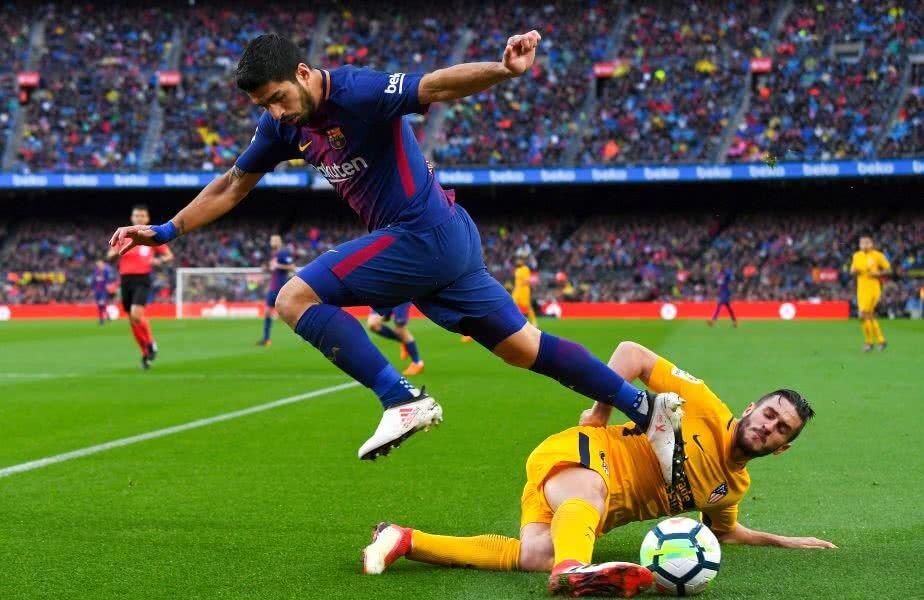 Tacklingul tăios al lui Koke îl lasă fără minge pe Luis Suárez FOTO Guliver/GettyImages