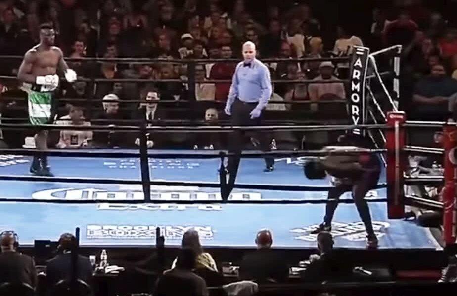Curtis Harper părăsește ringul imediat după sunetul care anunța startul partidei