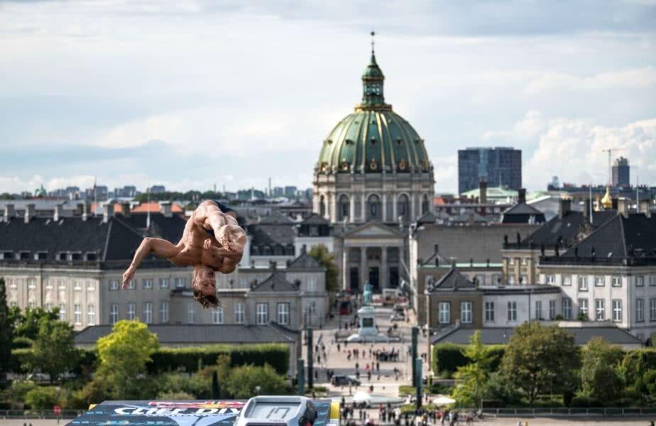 Constantin Popovici parcă plutește deasupra clădirilor din Copenhaga FOTO Guliver/GettyImages