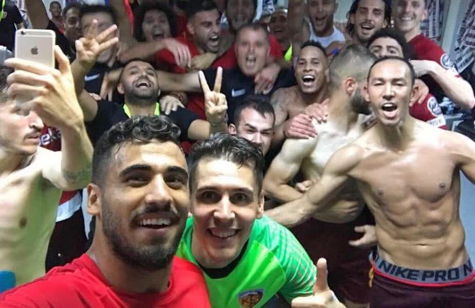 Bucurie molipsitoare în vestiarul lui Kayseri la finalul meciului // FOTO: Twitter Kayserispor