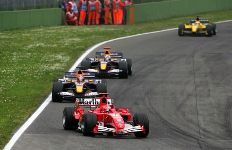 Schumacher, în duel cu Vitantonio Liuzzi, în Marele Premiu de la Imola din 2005 // FOTO: f1.com
