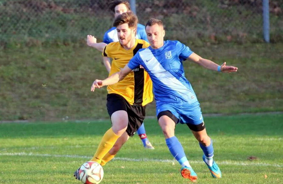 Marius Coșa (în albastru) jucând pentru SV Ilmmunster