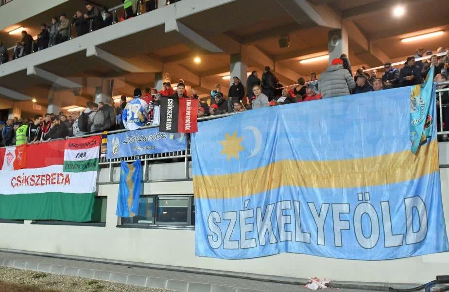O parte dintre fanii lui Csikszereda la meciul cu Dinamo // FOTO: Bogdan Bălaș