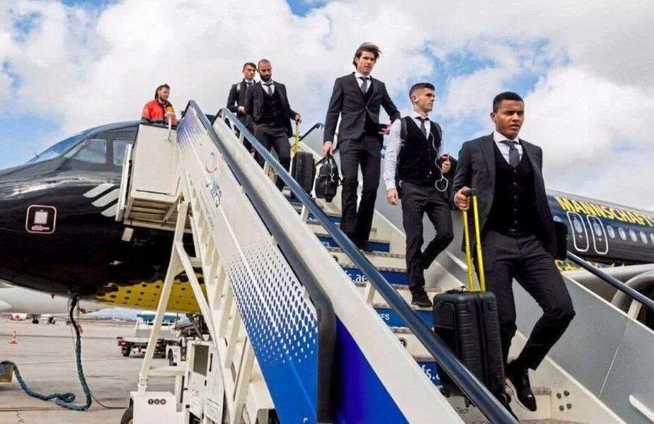 Jucătorii Borussiei coboară din avion pe aeroportul din Barajas
