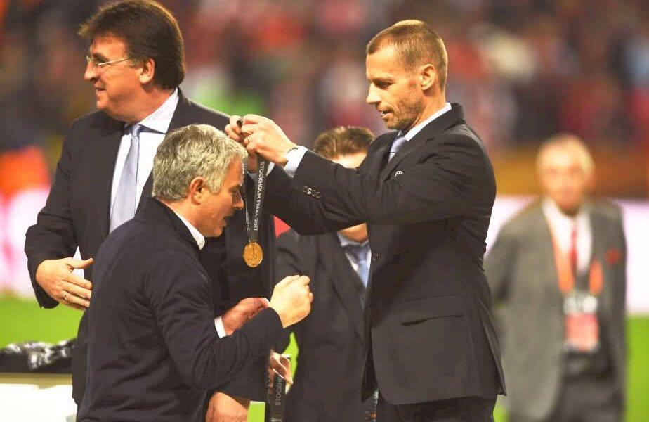 Ceferin îi oferă lui Jose Mourinho medalia de câștigător al Europa League 2017 FOTO: Guliver/GettyImages