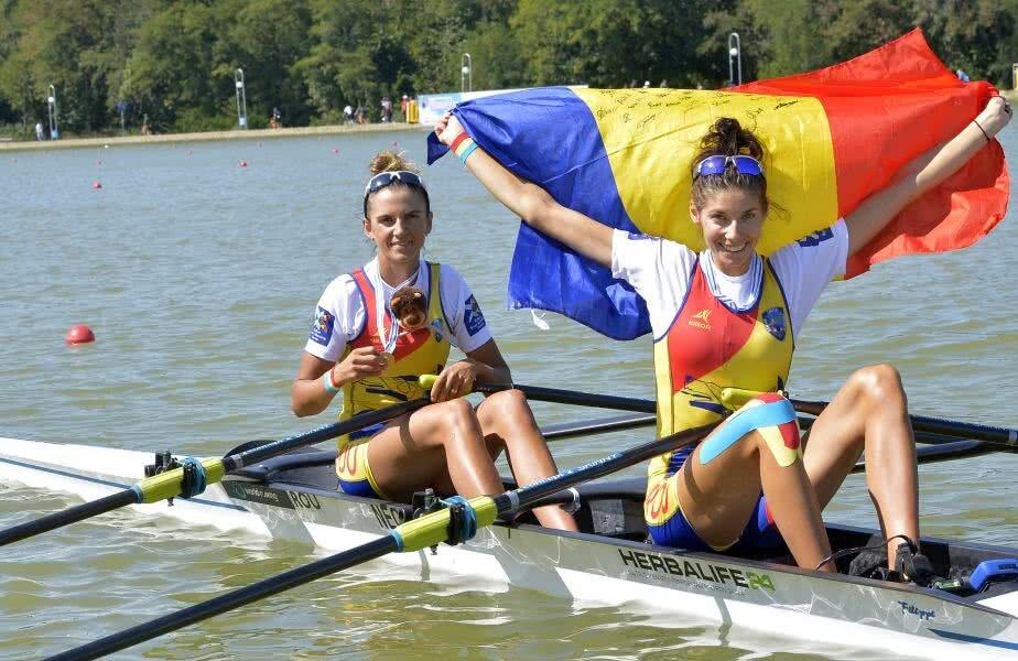 Ionela Cozmiuc și Gianina Beleagă, cu tricolorul și medaliile de aur la CM din Bulgaria // FOTO: Cristi Preda