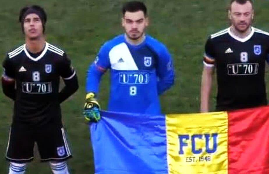 Perez, Chindriș și Mihai Dina, cu drapelul inscripționat cu inițialele clubului