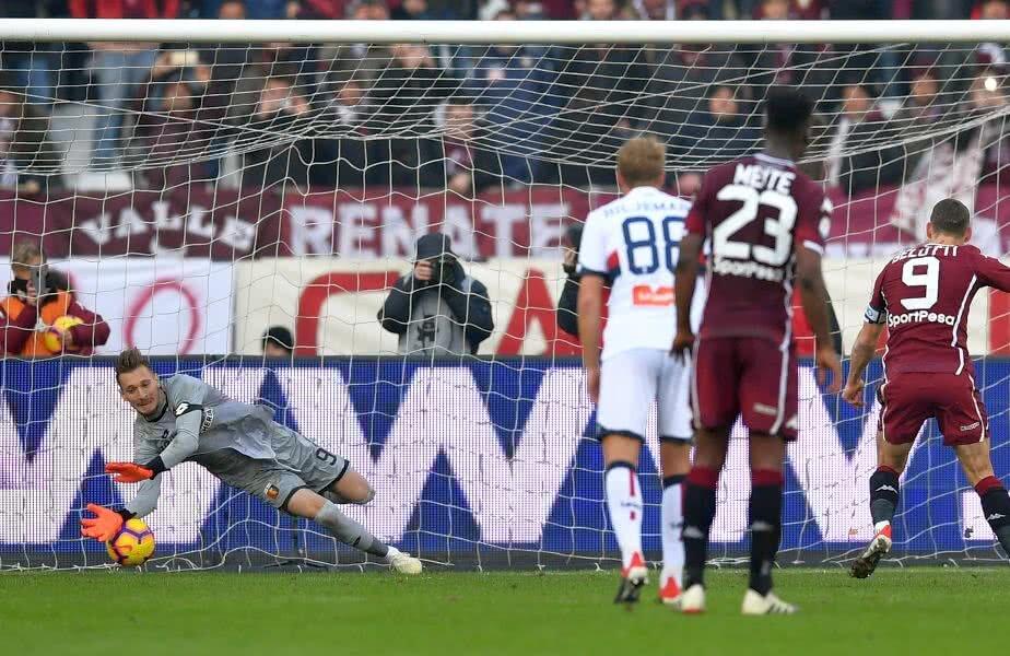 Ionuț Radu se aruncă pe minge, dar nu poate apăra tare penaltyul bătut de Belotti // FOTO: Guliver/Getty Images