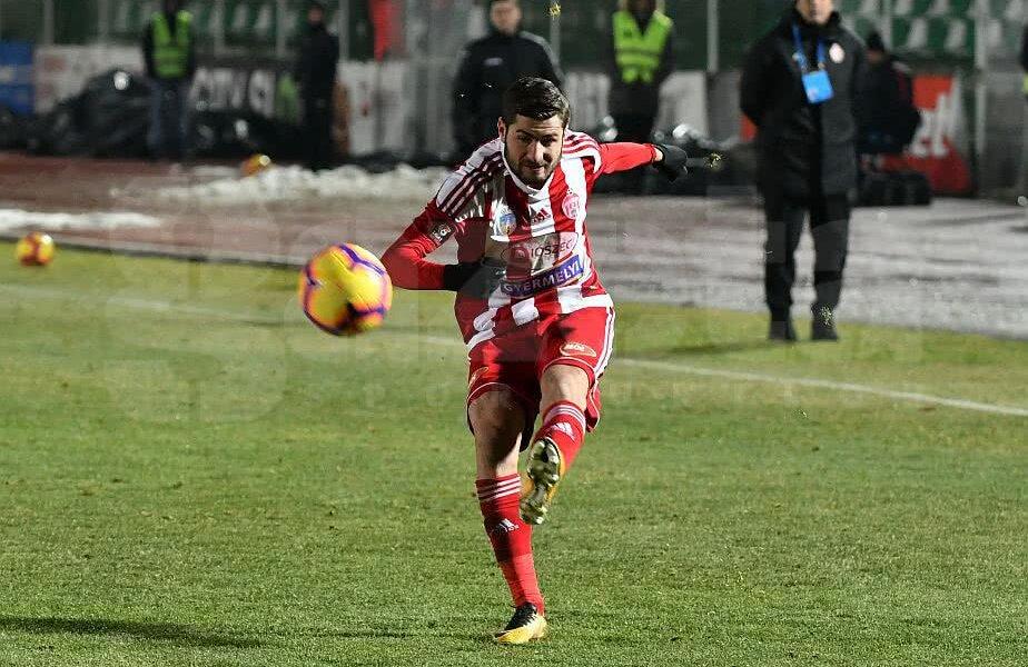Florin Ștefan în momentul unei centrări în partida cu FCSB