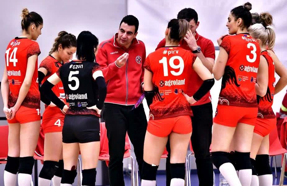Bogdan Paul dând sfaturi jucătoarelor, pe când antrena la Agroland Timișoara FOTO sportpictures.eu