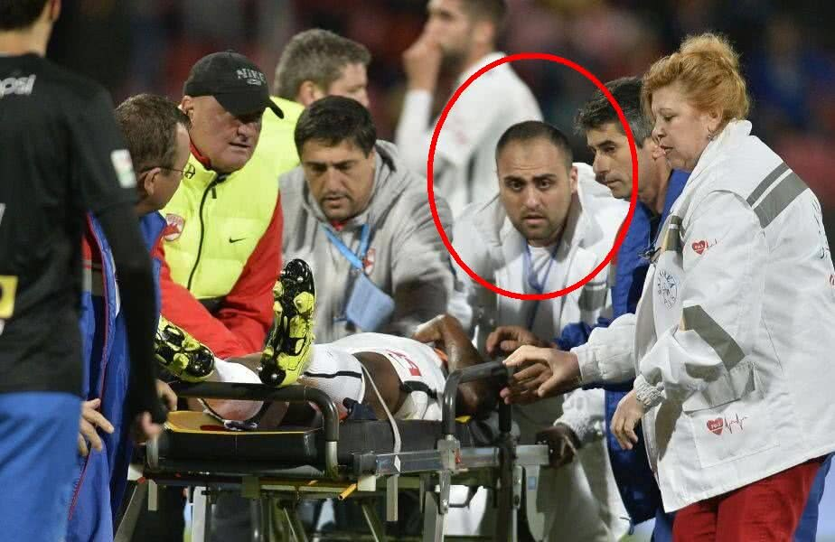 Ștefan-Răzvan Badea, încercuit în imagine, în timp ce ajuta la transportarea lui Ekeng în ambulanță