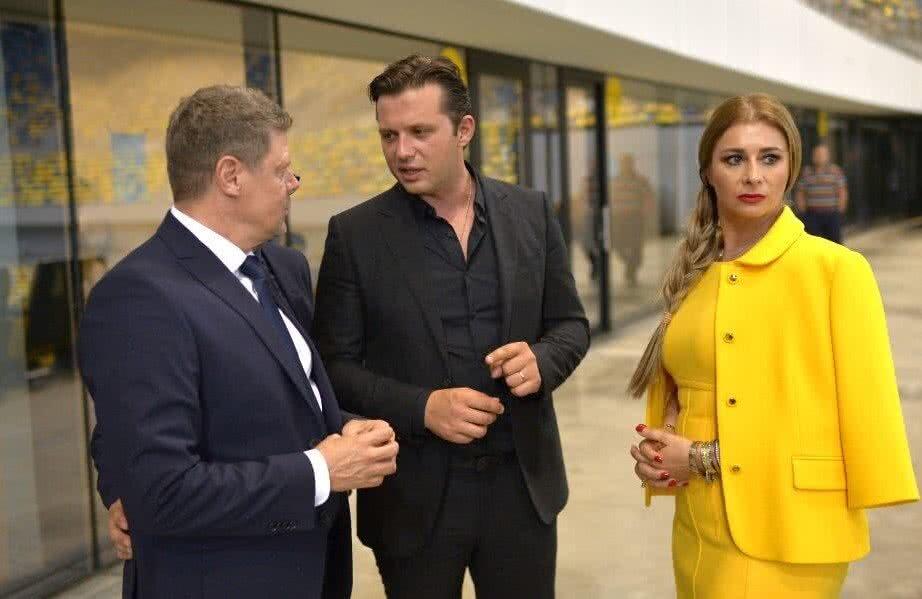 Horia Sabo (centru) cu Anamaria Prodan și Tibor Selymeș în lojele Arenei Naționale
