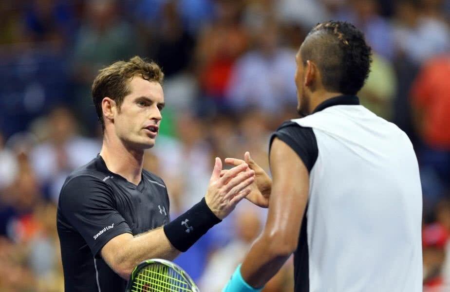 Andy Murray și Nick Kyrgios la finalul unui meci dând mâna