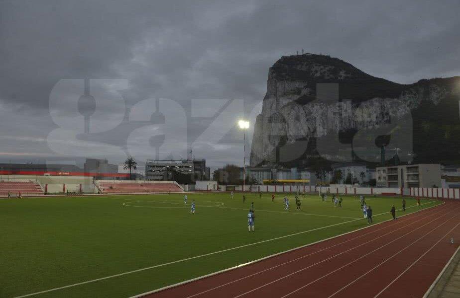 Din tribuna oficială se văd aeroportul și impozanta stâncă a Gibraltarului  Foto: Cristi Preda