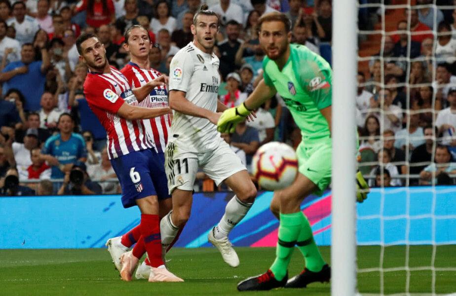 Gareth Bale în duel cu fundașii lui Atletico Foto: Reuters