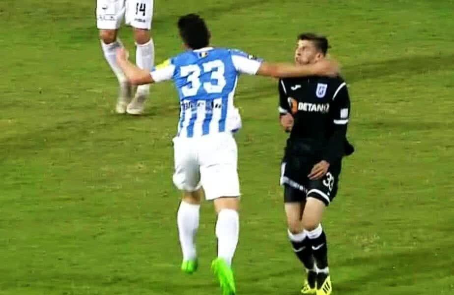 Lovitura aplicată de Rus lui Mihăilă, în Poli Iași - CS U Craiova 0-3 FOTO: Captură @TV Telekom Sport