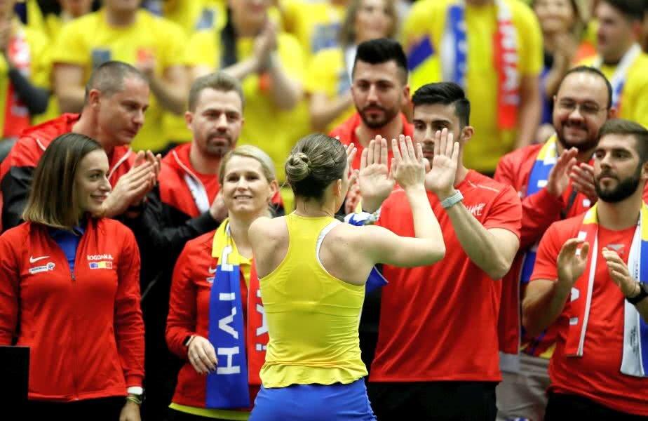 Simona Halep, celebrând victoria cu Siniakov alături de apropiații săi