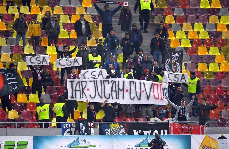 Bannerele afișate de suporterii lui Hermannstadt // Foto: Raed Krishan