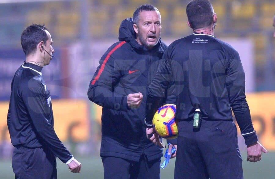 MM Stoica a purtat un dialog încins cu Adrian Cojocaru la finalul meciului // FOTO: GSP
