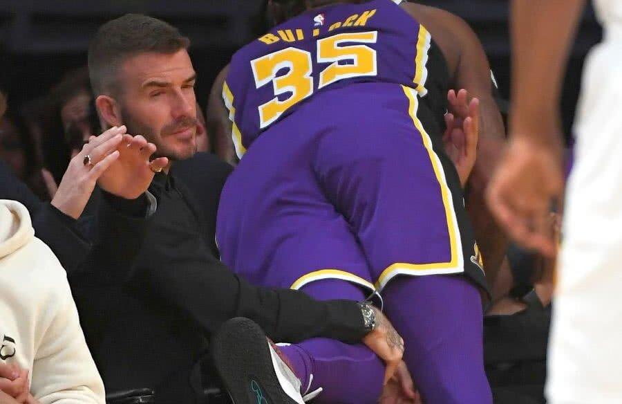 ICEMAN. David Beckham și-a păstrat sângele rece chiar și în momentul în care Reggie Bullock, colosul de peste 2 metri al lui LA Lakers, s-a prăbușit peste el la meciul cu New Orleans Pelicans, în STAPLES Center. foto: reuters