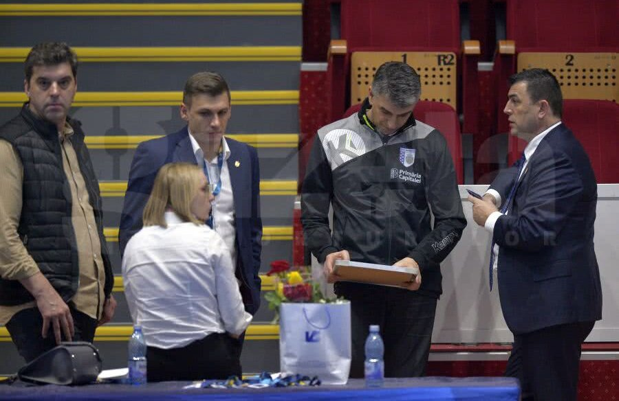 Dragan Djukici, în treningul cu stema CSM-ului, în ședință cu Gabi Szabo și conducerea, FOTO: Cristi Preda