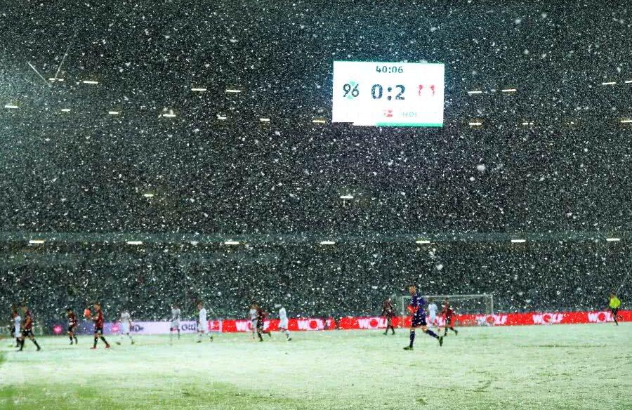 Ninsoare abundentă la meciul Hannover - Bayer Leverkusen // FOTO: Guliver/Getty Images