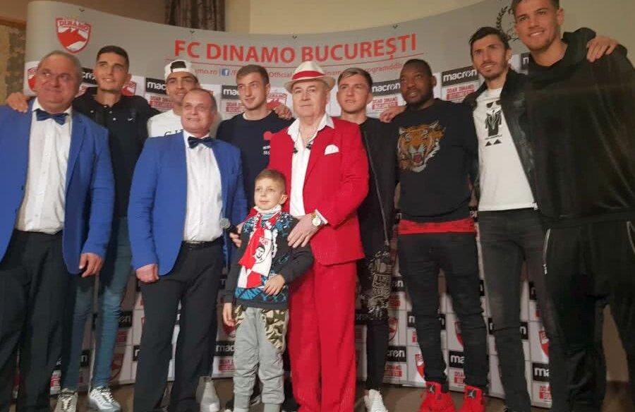 Jucătorii lui Dinamo alături de Nicu Vlad și formația Azur