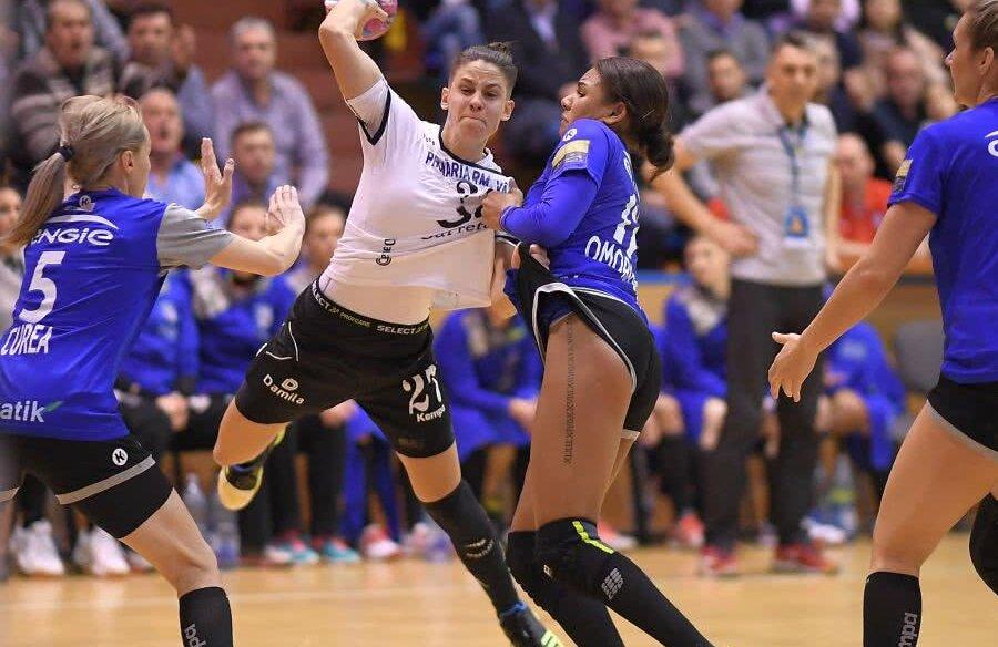 Alicia Fraga Fernandez într-un duel cu Elisabeth Omoregie și Iulia Curea, în SCM Rm. Vâlcea-CSM București // FOTO Raed Krishan