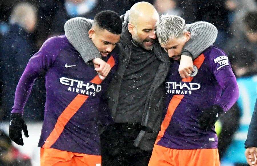 Sergio Aguero, în dreapta, felicitat de Pep Guardiola  după meciul Swansea - Manchester City 2-3 // FOTO: Reuters