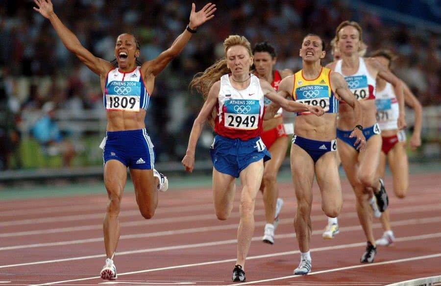 Kelly Holmes (stânga) trecând prima linia de sosire în cursa de 1.500 m de la Atena, în care românca Maria Cioncan a cucerit bronzul FOTO Guliver/GettyImages