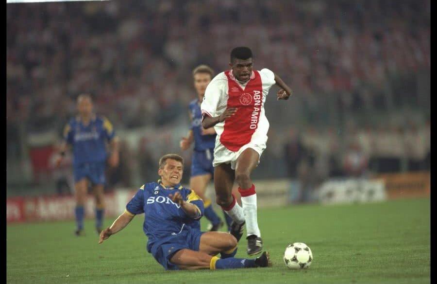 Nwankwo Kanu de la Ajax în duel cu Dider Deschkrips de la Juventus în finala Ligii Campionilor din 23 mai 1996 // Foto: Guliver/GettyImages
