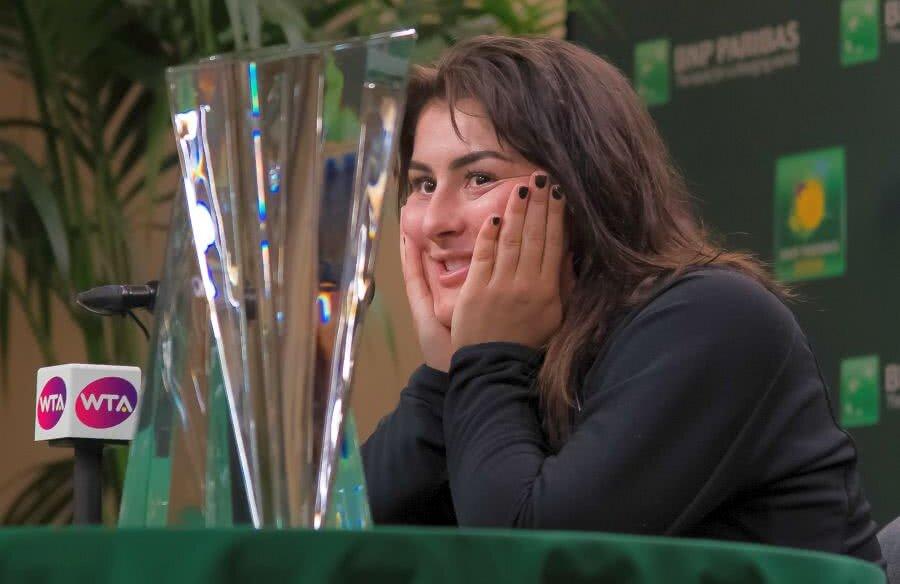 Bianca Andreescu, 18 ani, privind la primul trofeu al carierei FOTO Hepta