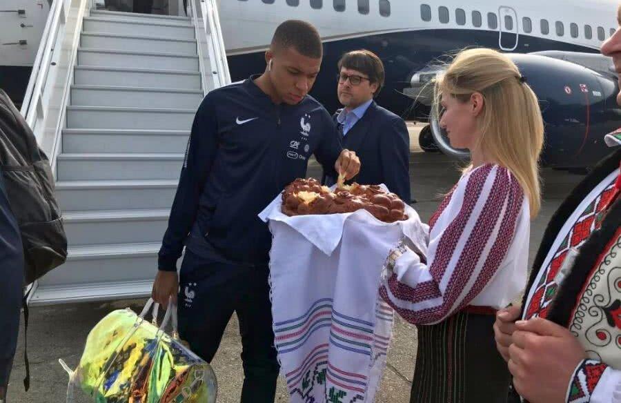 Mbappe și colegii săi, întâmpinați cu pâine și sare pe aeroport // FOTO: French Team Twitter