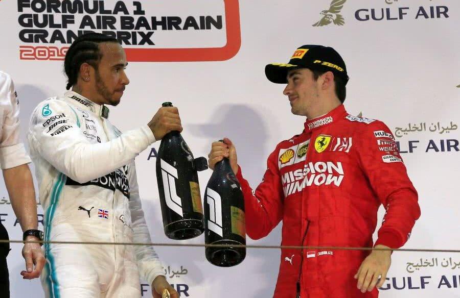 Lewis Hamilton, învingătorul nesperat, și Charles Leclerc, învinsul ghinionist, ciocnindu-și sticlele de șampanie (foto: Reuters)