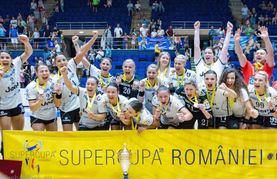 Jucătoarele de la SCM Râmnicu Vâlcea cu ultimul trofeu cucerit / FOTO Dan Potor