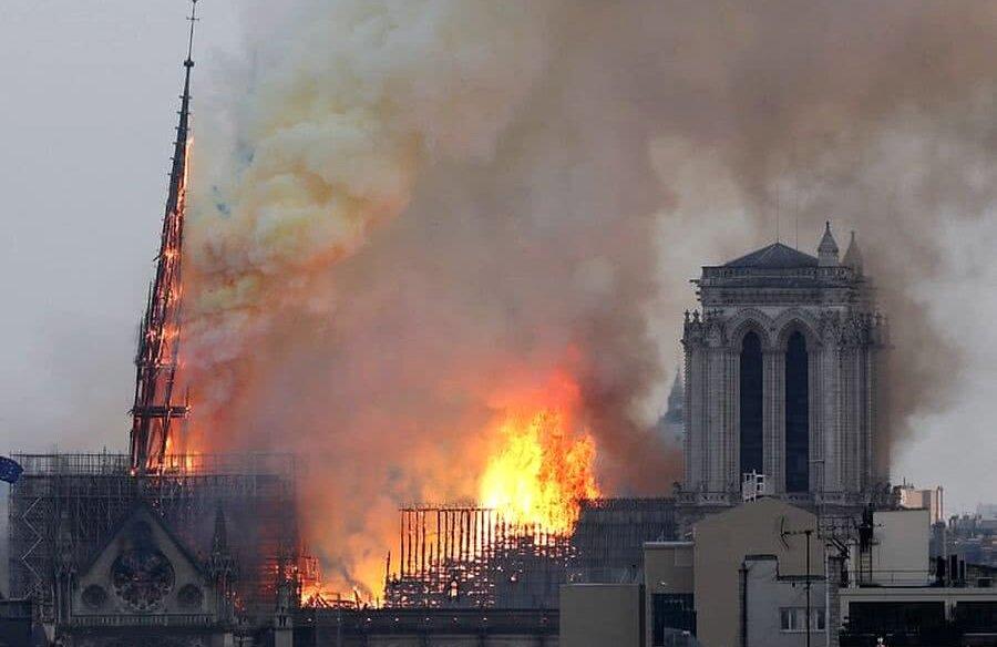 Catedrala Notre-Dame, în timpul incendiului devastator
