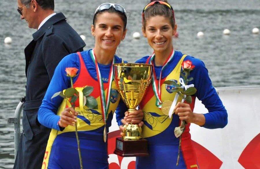 Ionela Cozmiuc (stânga) și Gianina Beleagă cu trofeul și medaliile primite la Memorialul