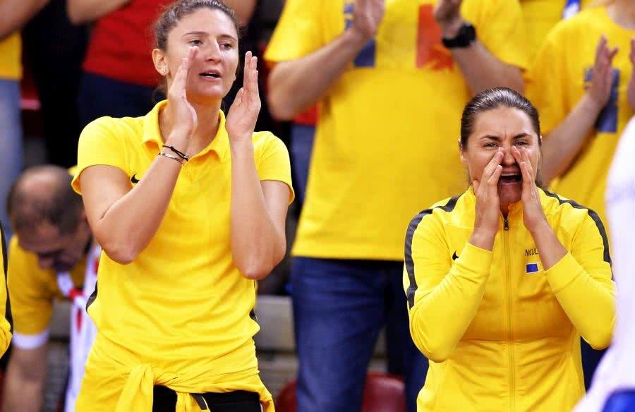 Monica Niculescu, în dreapta, a trăit la intensitate maximă meciurile de sâmbătă // FOTO: Raed Krishan