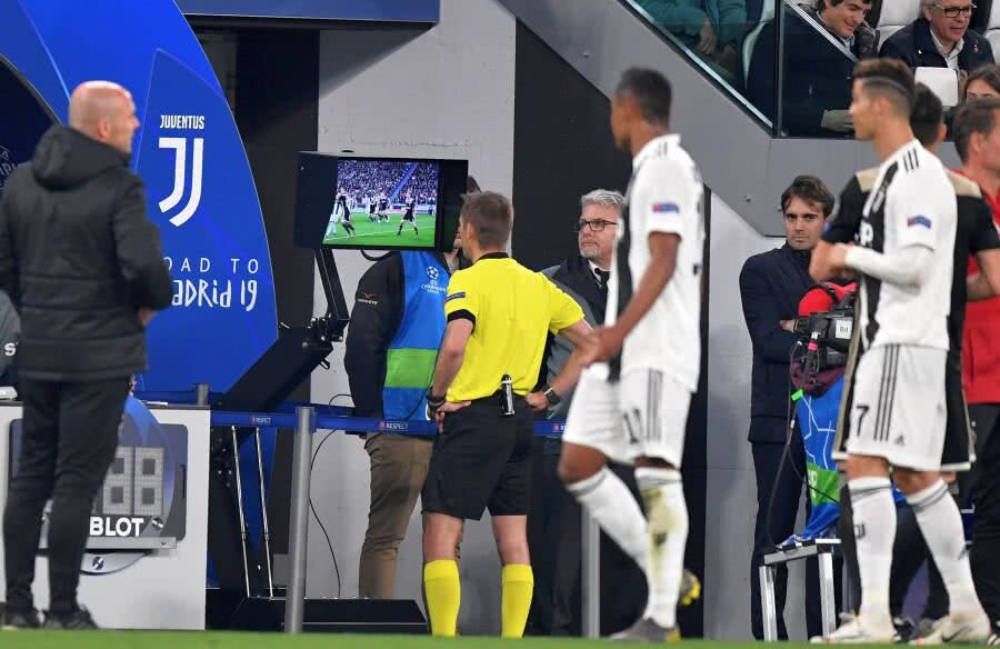 Arbitrajul video naște polemici în fotbalul european // FOTO: Guliver/Getty Images