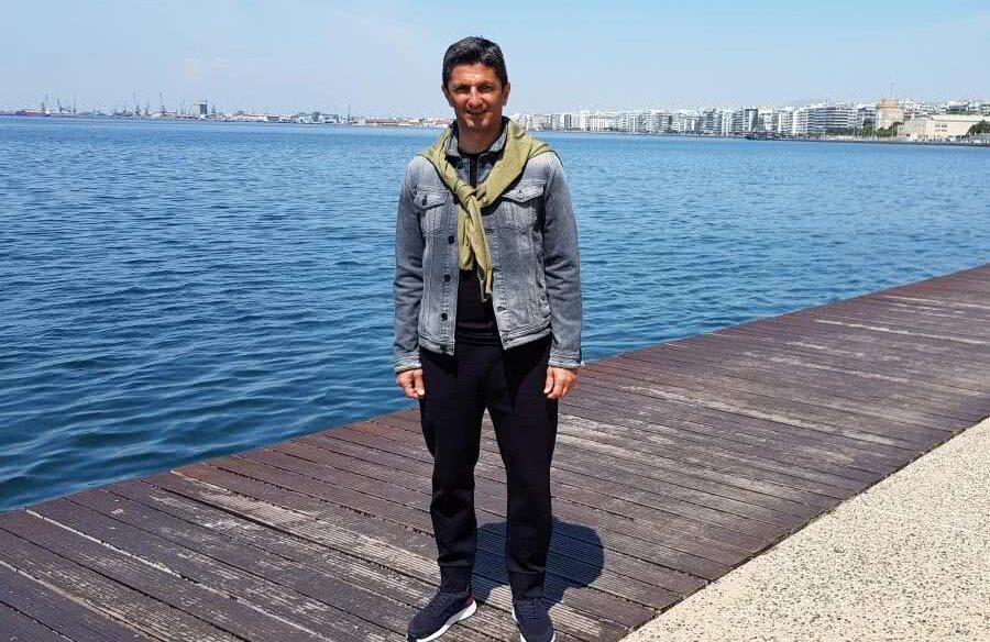 Răzvan Lucescu, azi la prânz, la câteva ore după ce-a devenit campion, lângă marea lui dragă, pe fundal observându-se Turnul Alb unde a fost sărbătoarea