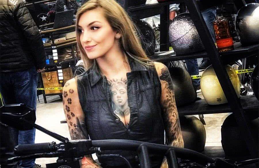 Cu ochii pe motoare! La Salonul de Motociclete din București, o domnișoară a atras toate privirile cu tatuajele imense de pe piept, de pe mâini și de pe un picior (foto: Andrei Crăițoiu, GSP)