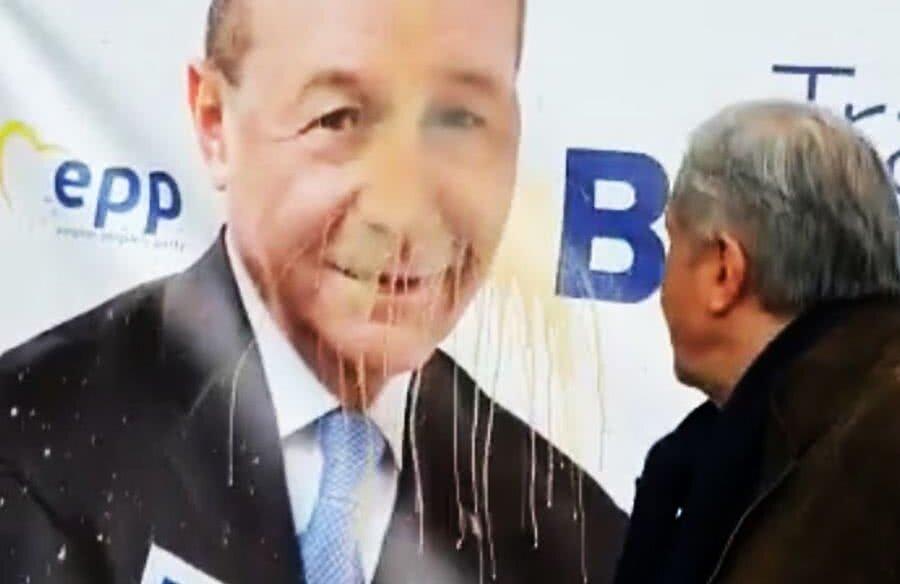 Ilie Năstase se răzbună pe afișul electoral cu Traian Băsescu