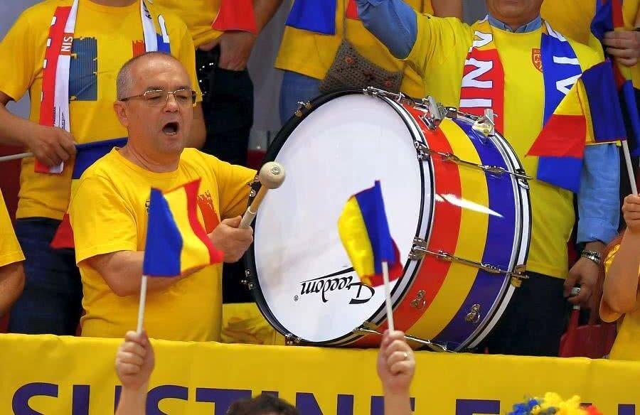 Emil Boc s-a comportat ca un adevărat ultras în sala Kindarena din Rouen // FOTO: Raed Krishan