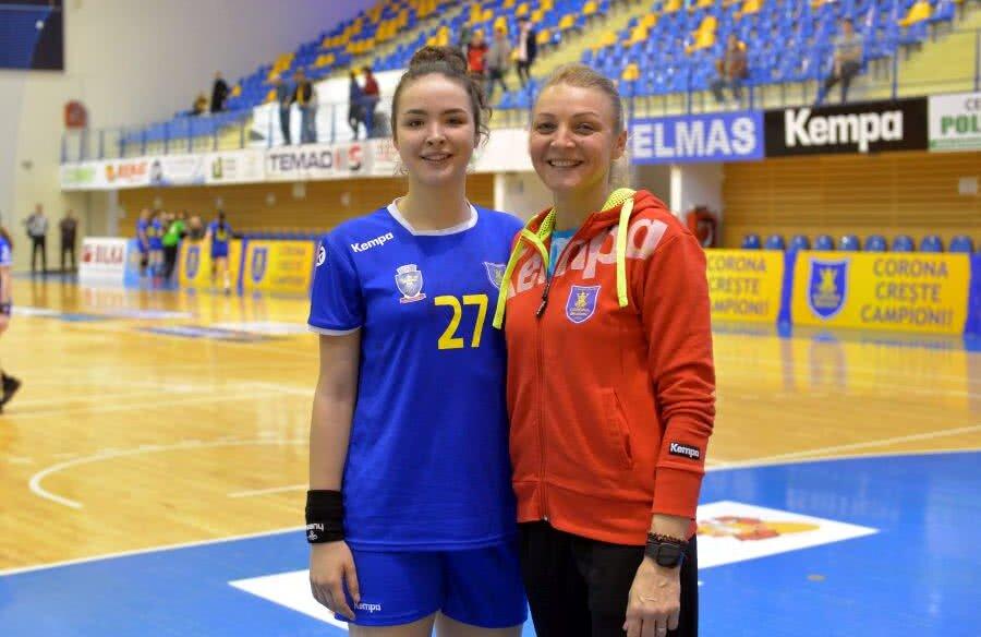 Alicia Gogârlă și-a întrecut, la 16 ani, mama la înălțime (1,81 m). Vrea să-i depășească și performanțele pe teren // FOTO: Bogdan Bălaș