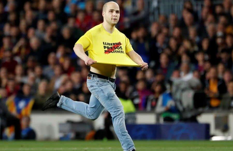 Un fan a intrat pe teren la meciul Barcelona - Liverpool // FOTO: Reuters