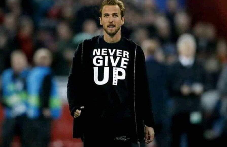 Kane, photoshopat în hainele cu mesajul lui Salah de mobilizare la revenirea lui Liverpool cu Barcelona. La fel ca starul lui Tottenham, egipteanul nu a putut juca la retur din cauza unei accidentări  Foto: Facebook